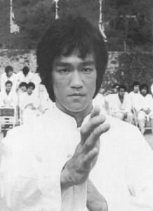 Bruce-Lee-Jeet-Kune-Do-Pozycja-Gardy-Wing-Chun